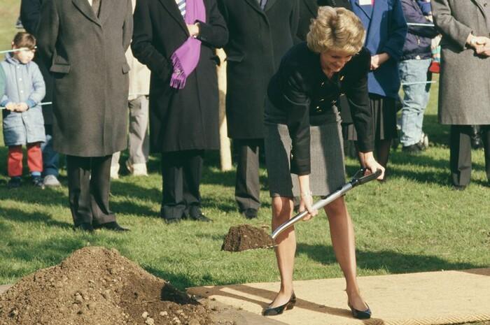Công nương Diana từng chôn những viên đá quý trong vườn để xua tà ma