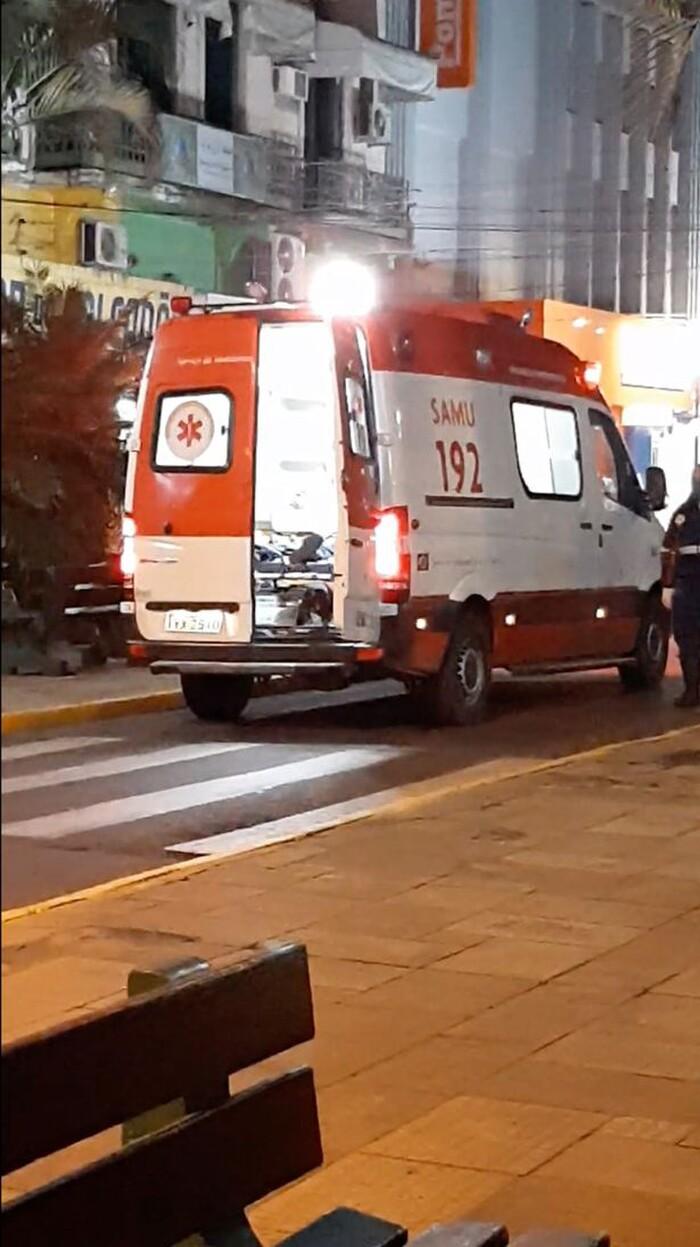 Thấy chủ bị xe cứu thương đưa đi, chú chó trung thành vội nhảy lên xe bám theo, không chịu rời