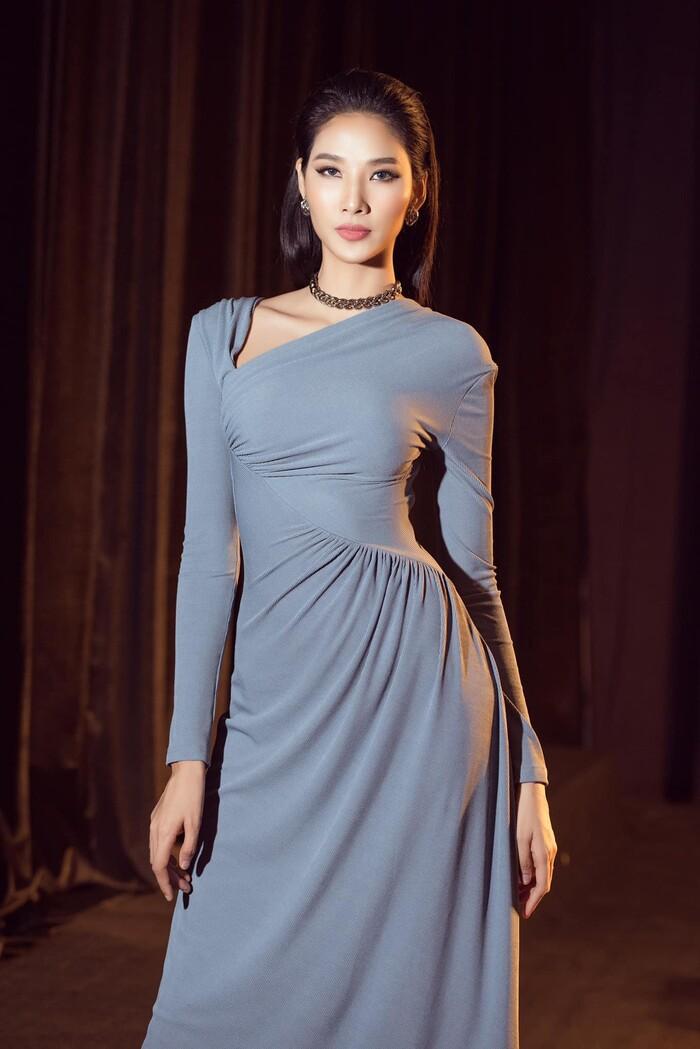 Sau 1 năm lọt Top 20 Miss Universe, Hoàng Thùy đẹp dịu dàng đầy kiêu hãnh với gam màu đơn sắc