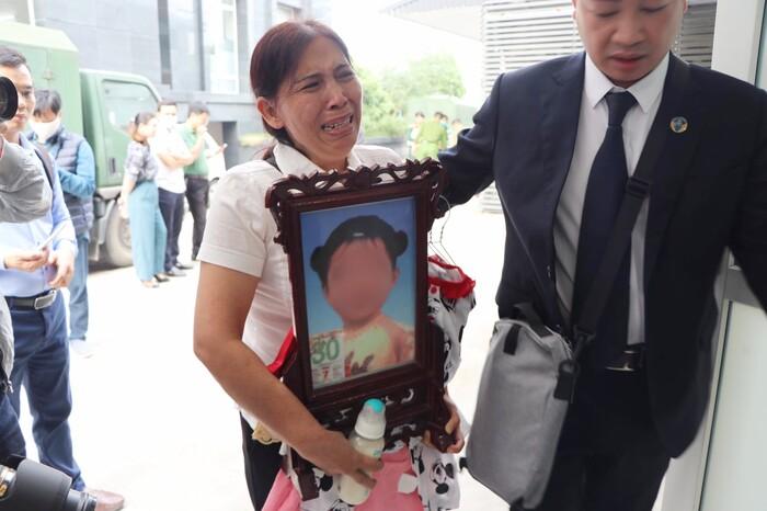 Vắng mặt 3 luật sư bào chữa, hoãn phiên toà xét xử mẹ đẻ cùng cha dượng bạo hành con gái 3 tuổi tử vong