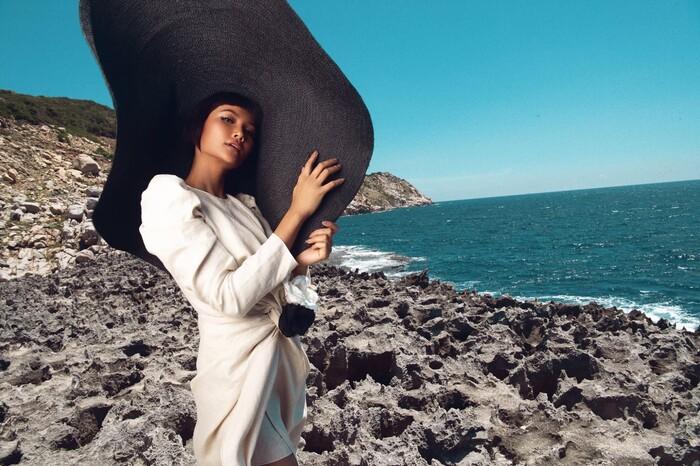 Loạt khoảnh khắc H'Hen Niê xuất thần chụp lookbook, khoe nhan sắc chuẩn 'vẻ đẹp vượt thời thời gian'