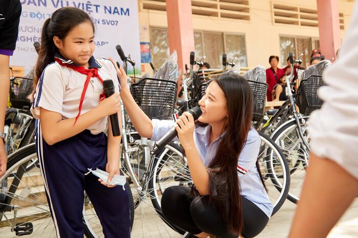 Khánh Vân quyên góp, hỗ trợ người dân miền Trung gặp bão lũ - Kim Duyên tặng xe đạp cho trẻ em nghèo
