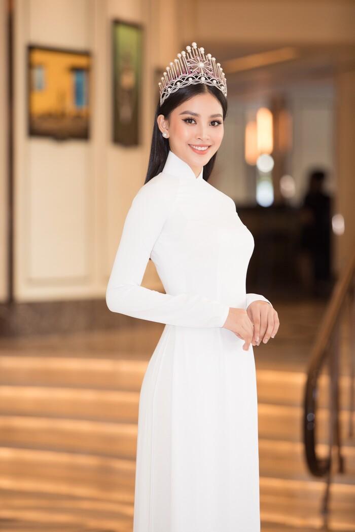Để mặt mộc ra suối ăn mì tôm, hoa hậu Tiểu Vy bật khóc nức nở vì vài câu nói của Trường Giang