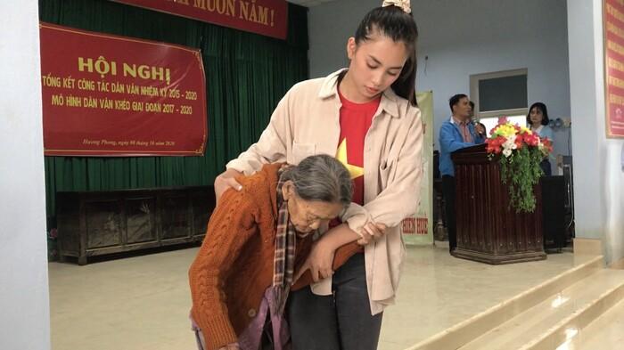 Đỗ Mỹ Linh - Tiểu Vy - Lương Thuỳ Linh băng qua vùng lũ, trao tiền tận tay người dân miền Trung