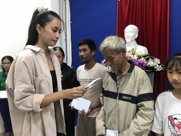 Đỗ Mỹ Linh - Trần Tiểu Vy - Lương Thùy Linh đến Huế trao quà cho người dân gặp khó khăn sau bão lũ