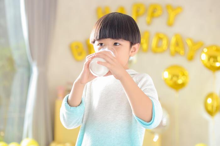 Sữa non sở hữu những ưu điểm vượt trội nào so với sữa công thức?
