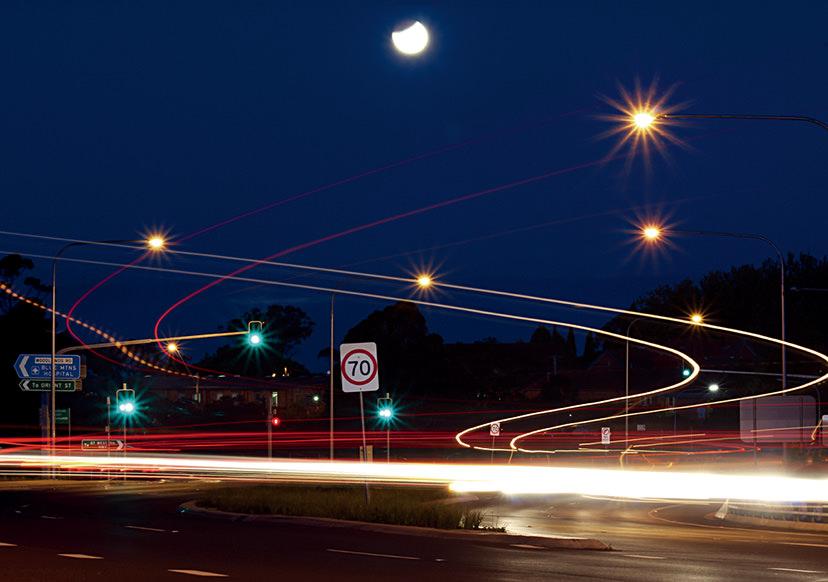 Những vệt sáng vào ban đêm (độ nhạy sáng ISO thấp)
