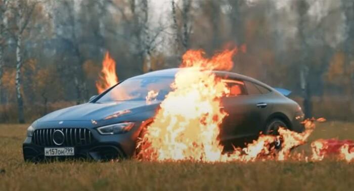 Đốt xe Mercedes trị giá 4 tỉ thành tro vì lý do gây sốc Ảnh 1