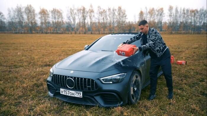 Đốt xe Mercedes trị giá 4 tỉ thành tro vì lý do gây sốc