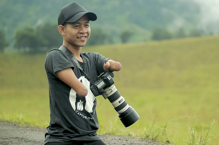 Cảm phục người đàn ông sinh ra không có tay và chân trở thành nhiếp ảnh gia chuyên nghiệp