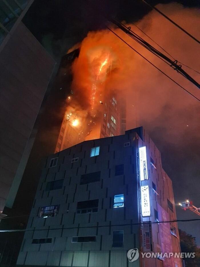 Tòa chung cư thương mại 33 tầng Hàn Quốc cháy lớn trong đêm: Phát hiện 15 người bị thương!