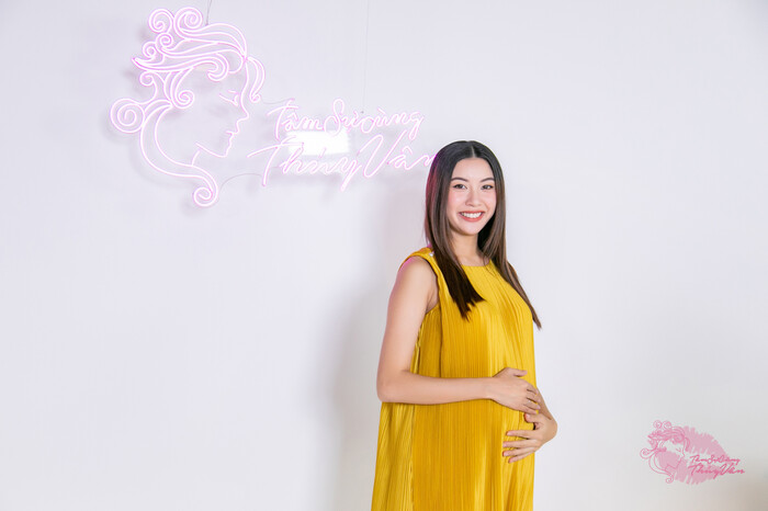 Thúy Vân đẹp phúc hậu ở tháng thứ 8 thai kỳ, hạnh phúc chia sẻ sở thích nấu ăn cho ông xã Nhật Vũ