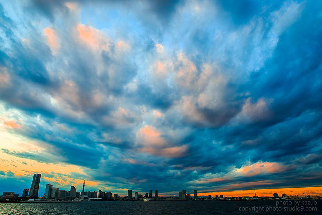 Bầu trời nhiều mây trên đường chân trời thành phố