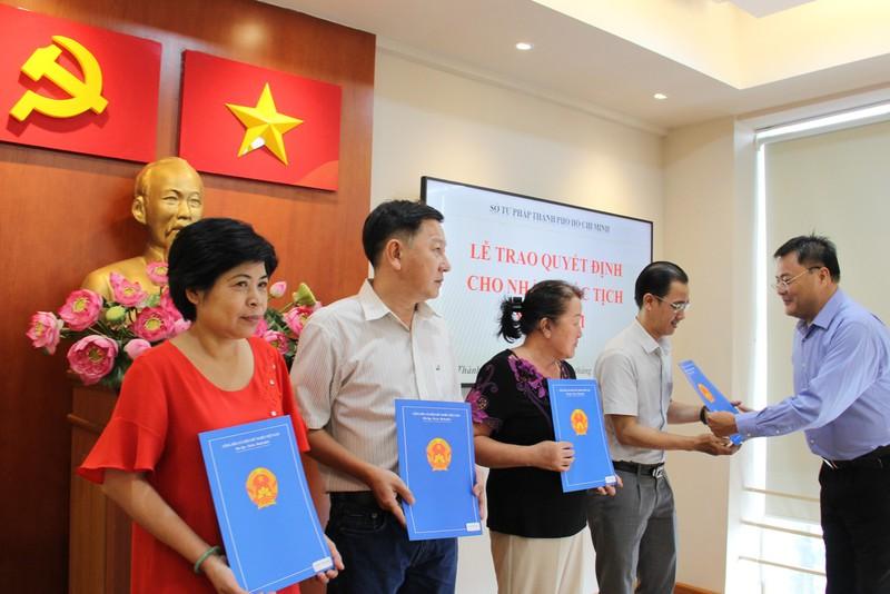 Trao quyết định nhập quốc tịch Việt Nam cho 4 người