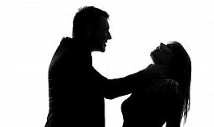 Nhìn thấy bể phốt có dấu hiệu lạ, con gái 'lật tẩy' tội ác động trời của cha đối với người mẹ 'nghiện' cặp bồ