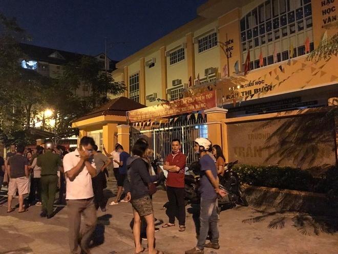Phụ huynh TP.HCM vây trường trong đêm vì suất ăn của trẻ