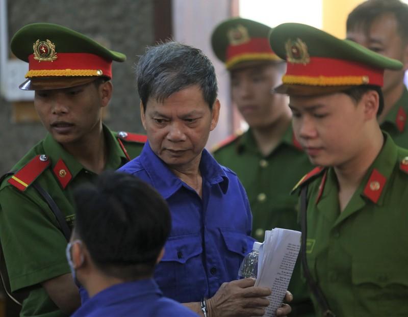 Cựu thượng tá công an từ chối 3 luật sư, tòa hoãn xử