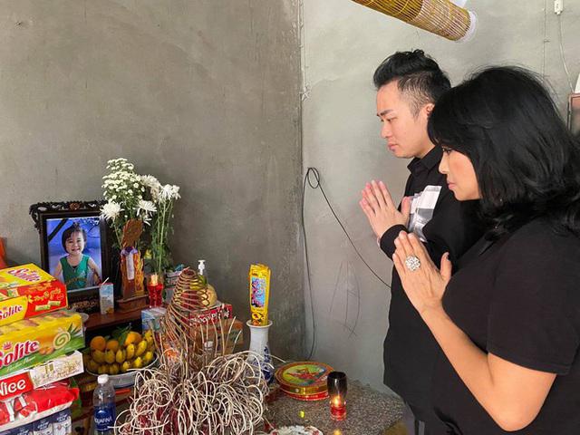 Tùng Dương, Thanh Lam nghẹn ngào trao quà cứu trợ - Ngôi sao