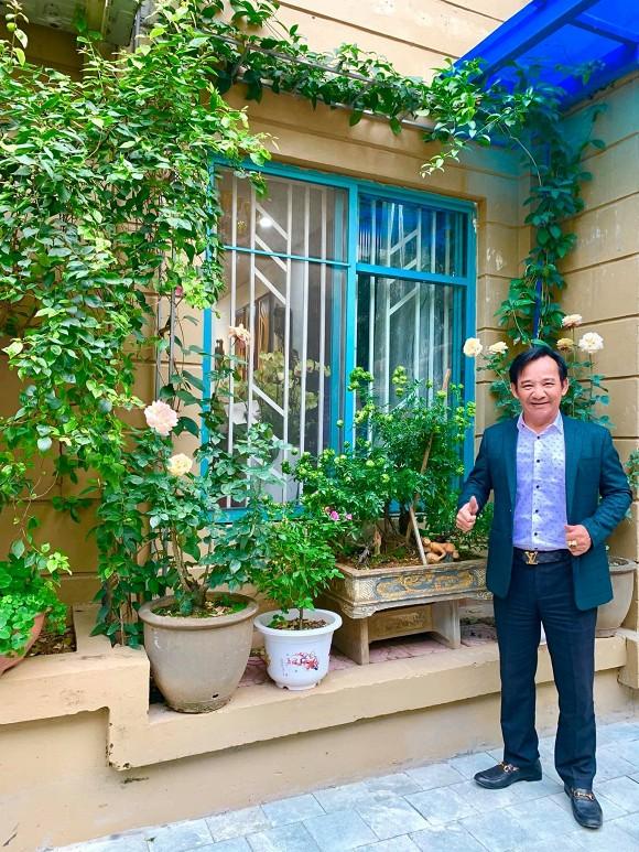 Nghệ sĩ Quang Tèo khoe khu vườn nhỏ muôn hoa đua sắc trước căn chung cư 7 tỷ đồng
