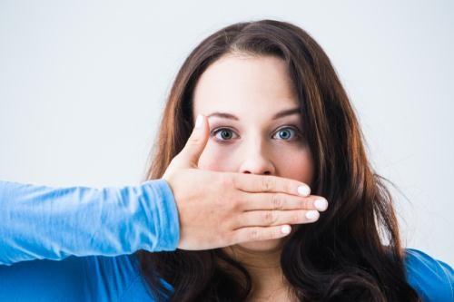 [Kiến thức nha khoa quận 10] Trồng răng sứ và bị đau thì nên làm gì?
