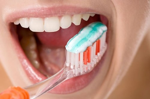 Vệ sinh răng miệng sau khi trồng răng implant như thế nào là tốt nhất